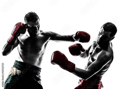 Photo two men exercising thai boxing silhouette