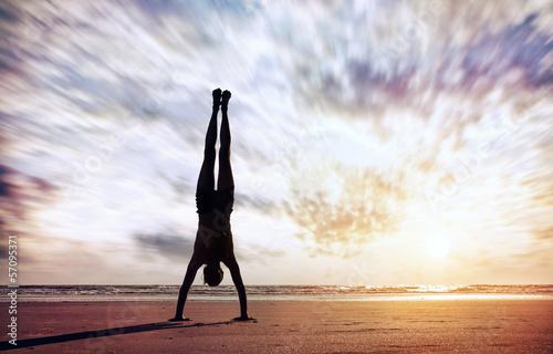 Canvastavla Handstand near the ocean