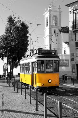 Naklejki na meble Żółty tramwaj na czarnobiałym tle w Lizbonie
