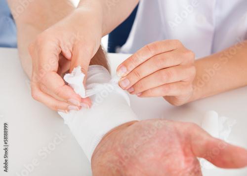 Foto Doctor Bandaging Patient