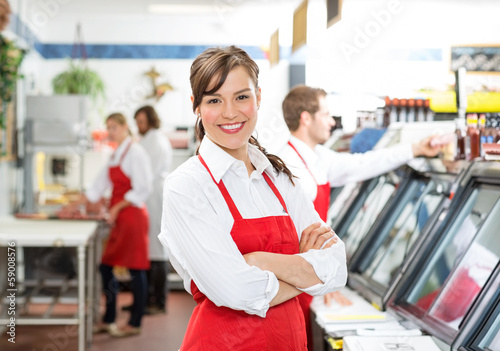 Foto Confident Female Butcher Standing Arms Crossed