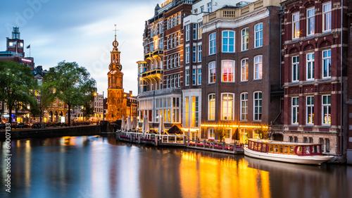 Fototapeta premium Amsterdam gród z wieżą mennicy o zmierzchu