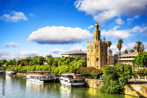 Fototapeta premium Złota Wieża (Torre del Oro) w Sewilli, Andaluzja, Hiszpania.