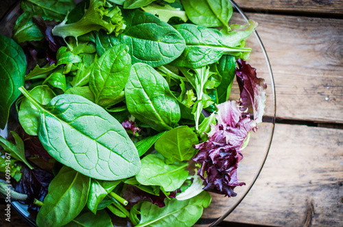 Photo Freshh green salad with spinach,arugula,romane and lettuce
