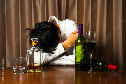 Fototapeta アルコール中毒で悩む男性