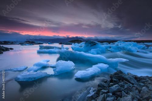 Fotografia, Obraz Icebergs floating in Jokulsarlon glacier lake at sunset