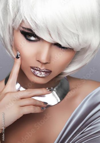 Fototapeta premium Moda blondynów dziewczyna. Piękna portret kobiety. Białe krótkie włosy.