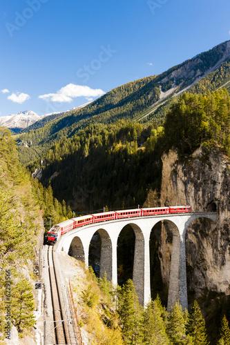 Fototapeta premium pociągiem kolei Retyckiej, Landwasserviadukt, Kanton Gryzonia,