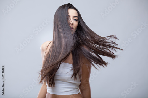 Photo Beautiful Brunette Girl with Healthy Long Hair