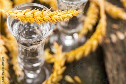Fotografia Korn, Schnaps mit Getreide auf Holz