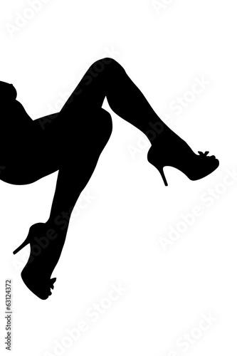 Nogi kobiety w szpilkach na białym tle.
