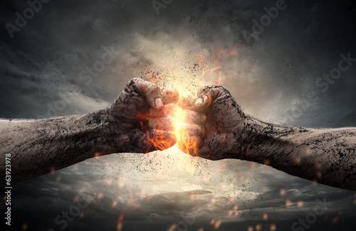 Leinwand Poster Kampf, zwei Fäuste einander über dramatische Himmel schlagen