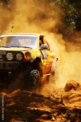 Fototapeta premium Zawodnik w wyścigach samochodów terenowych