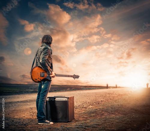 Fotografie, Obraz guitarist on a road to sunset