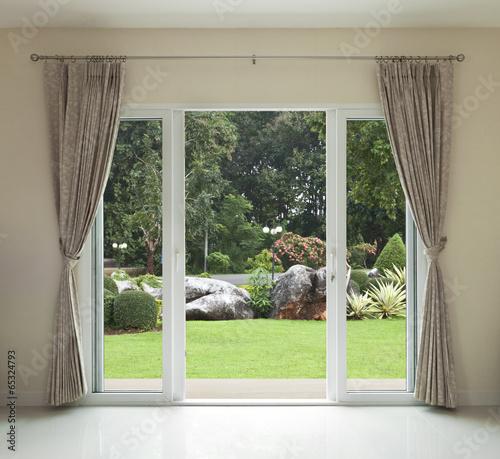 Fototapeta Widok z okna na domowy zadbany ogródek ścienna
