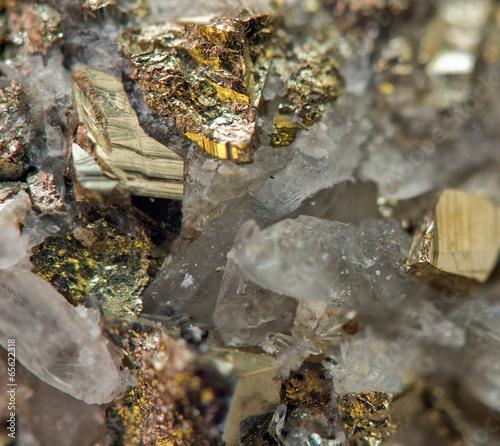 Fototapeta premium Kryształ, bryłka, złoto, brąz, miedź, żelazo. Makro. Ekstremalnie blisko