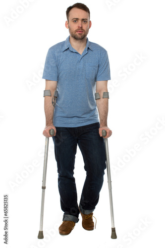 Jeune homme handicapé marchant avec des béquilles d'avant-bras Poster Mural XXL