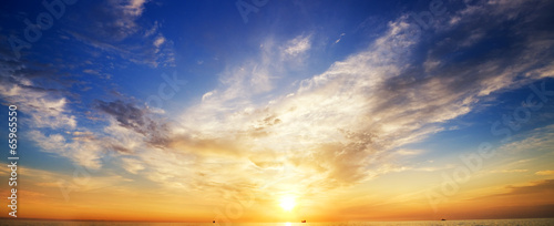 Fototapeta premium Tło nieba i odbicie wody.