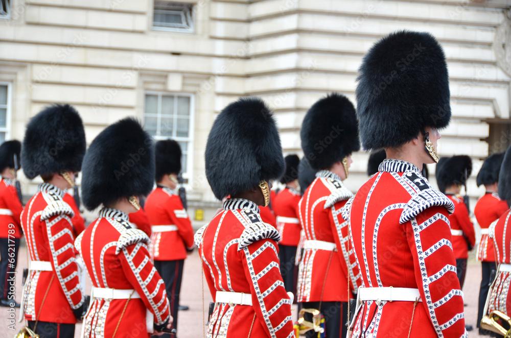 LONDYN, UK - 12 CZERWCA 2014: Brytyjscy Królewscy strażnicy wykonują C <span>plik: #66217789   autor: HappyAlex</span>
