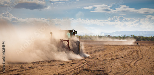 Photo Tractor plowing dry land