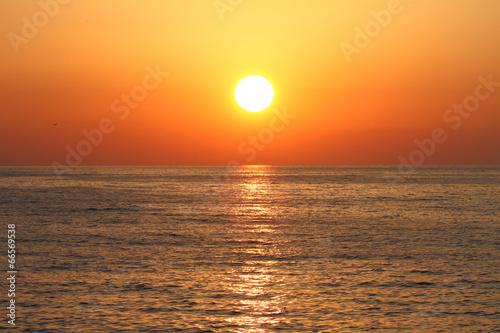 Złoty zmierzch z odbiciem na morzu