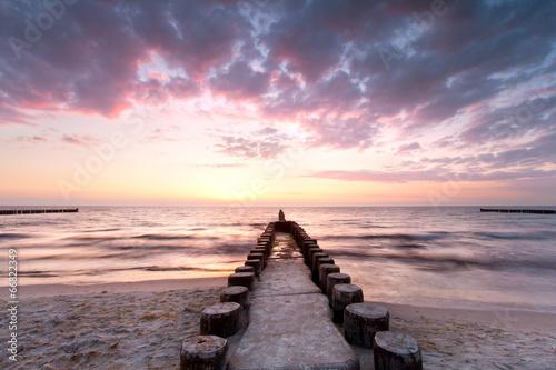 Buhnen aus Holz beim Sonnenuntergang