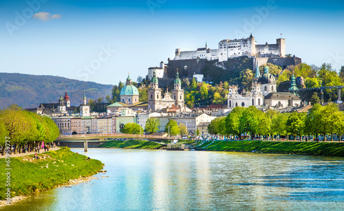 Fototapeta premium Salzburg panoramę z rzeką Salzach na wiosnę, Austria