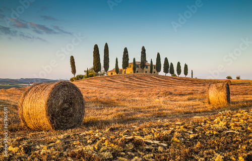 Carta da parati Tuscany landscape with farm house at sunset, Val d'Orcia, Italy