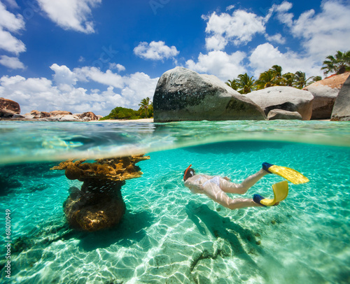Photo Woman snorkeling in tropical water