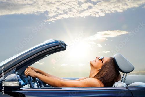 Billede på lærred Young girl driving convertible