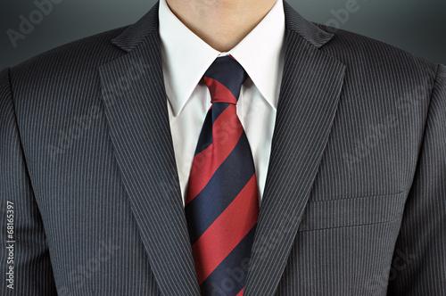 Fotografia A man wearing suit with stripe necktie - business attire
