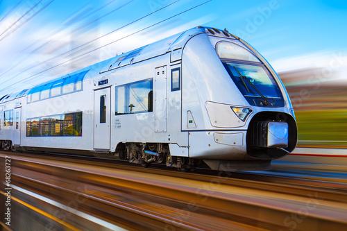 Fototapeta premium Nowoczesny pociąg dużych prędkości z rozmyciem ruchu