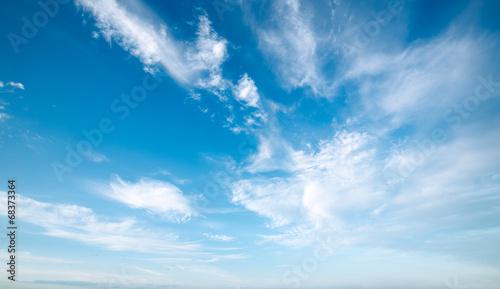 Fototapeta Błękitne niebo z pierzastymi chmurami na zamówienie
