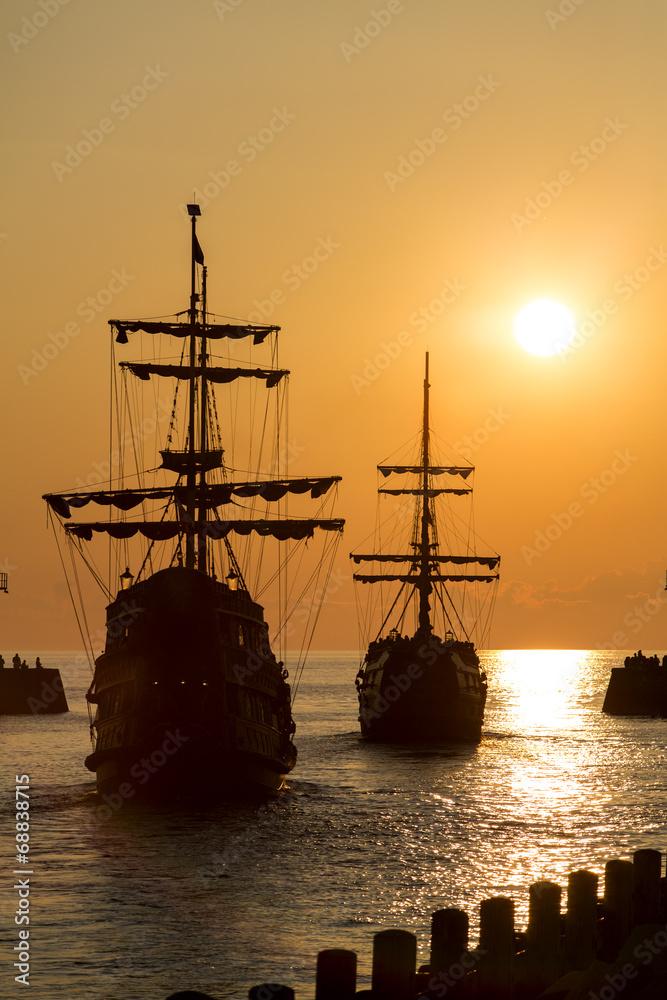 Statek o zachodzie słońca w porcie