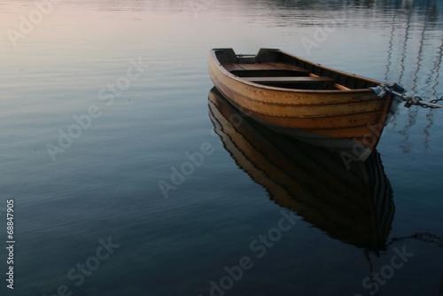 Fotografia Row boat in calm water