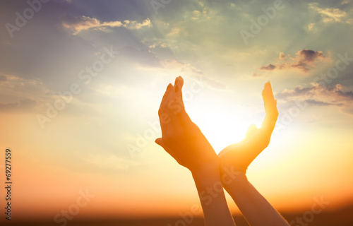 Leinwand Poster Hände, um die Sonne in der Morgendämmerung halten