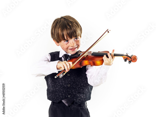 Photo Red-haired preschooler boy with violin