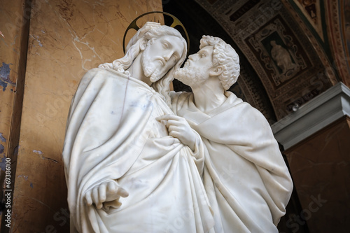 Valokuvatapetti Kiss of Judas statue