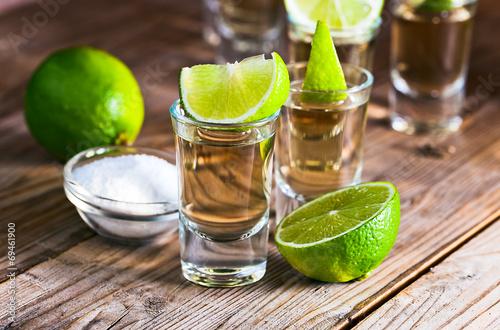 Obraz na płótnie gold tequila with salt and lime