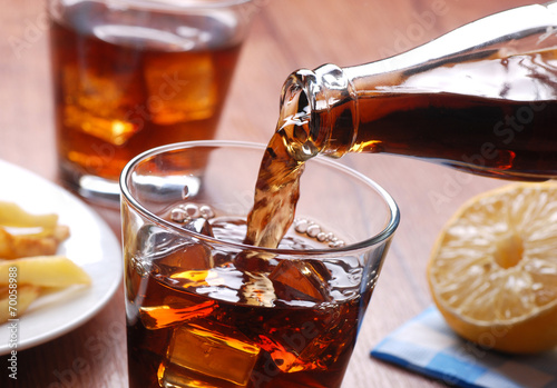 Fototapeta Versare Bevanda analcolica nel Bicchiere di vetro