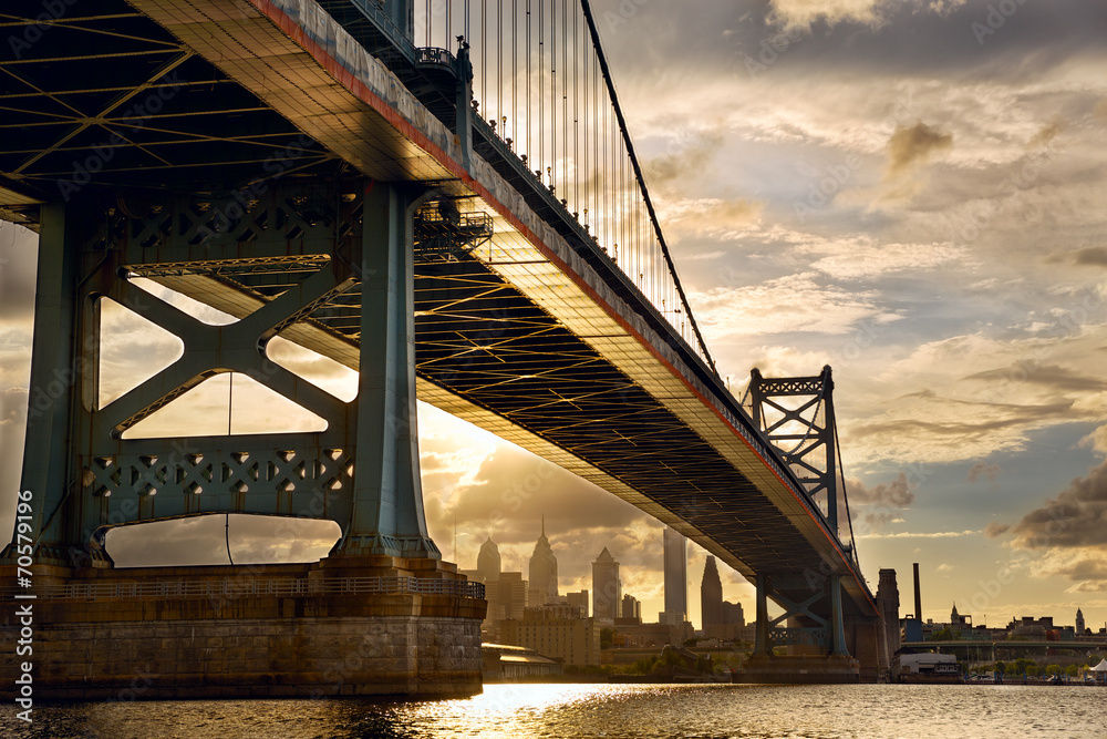 Ben Franklin most nad Filadelfia linia horyzontu przy zmierzchem, USA <span>plik: #70579196 | autor: Oleksandr Dibrova</span>