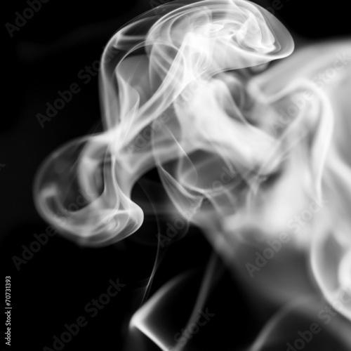 Fototapeta premium Biały dym na czarnym tle