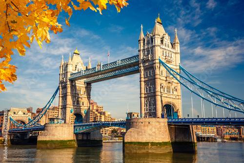 Fototapeta Tower Bridge w Londynie w czasie jesiennego, słonecznego dnia do salonu