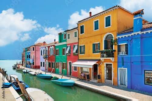 Photo colorful houses by the water canal at the island Burano