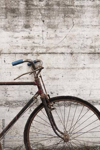 Naklejki na meble Retro oksydowany rower na betonowej ścianie