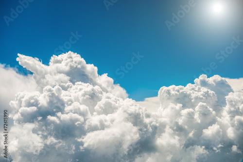 Fototapeta Białe chmury, czyste niebo, jasne słońce optycznie powiększająca