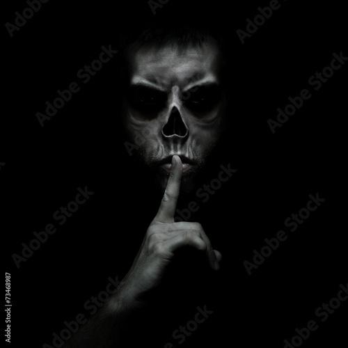 Leinwand Poster Schlechter Mann gestikuliert Stille, ruhig auf schwarzem Hintergrund isoliert
