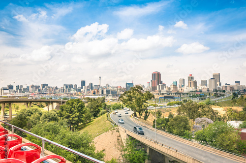 Fototapeta premium Panoramę Johannesburga z miejskimi budynkami i autostradami
