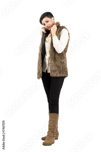 Photo Cute model in winter clothes posing