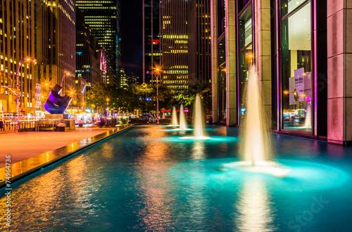 Photo Fountains at night, in Rockefeller Center, Midtown Manhattan, Ne